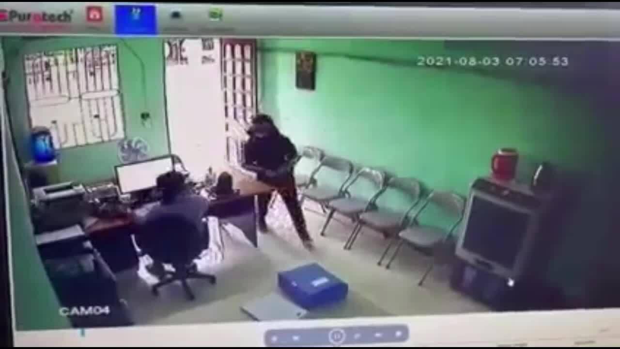 Bị nhốt trong quỹ tín dụng khi đi cướp