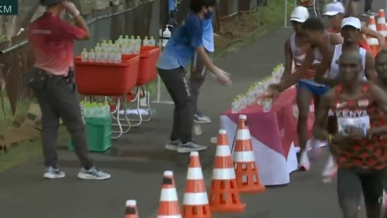 VĐV marathon bị chỉ trích vì gạt đổ cả hàng chai nước