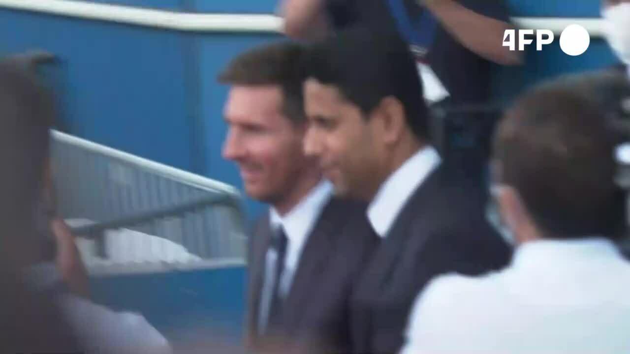 Fan PSG chào đón Messi