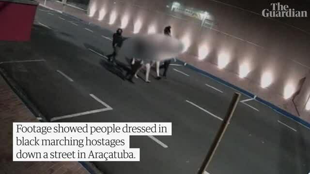 20 tội phạm cướp ngân hàng, trói con tin trên nóc xe khi bỏ trốn