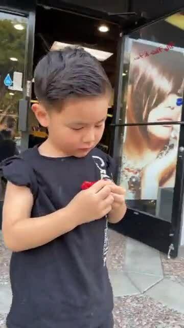 Vợ chồng Đan Trường đưa con trai đi cắt tóc