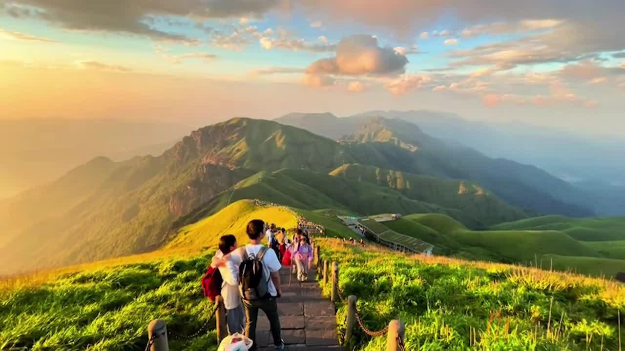 Hàng nghìn người leo núi săn mặt trời mọc