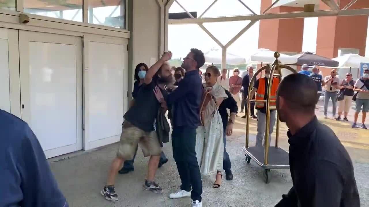 Ben Affleck ngăn một fan cuồng đòi selfie với J.Lo
