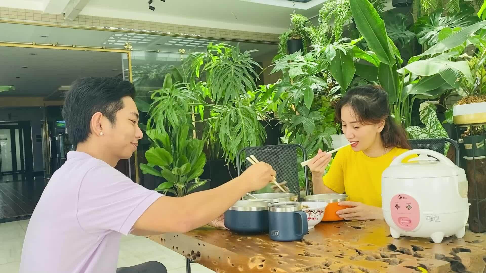 Một ngày của vợ chồng Khánh Thi mùa dịch