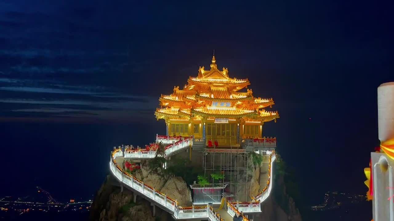 Đền thờ dát vàng trên núi ở Trung Quốc