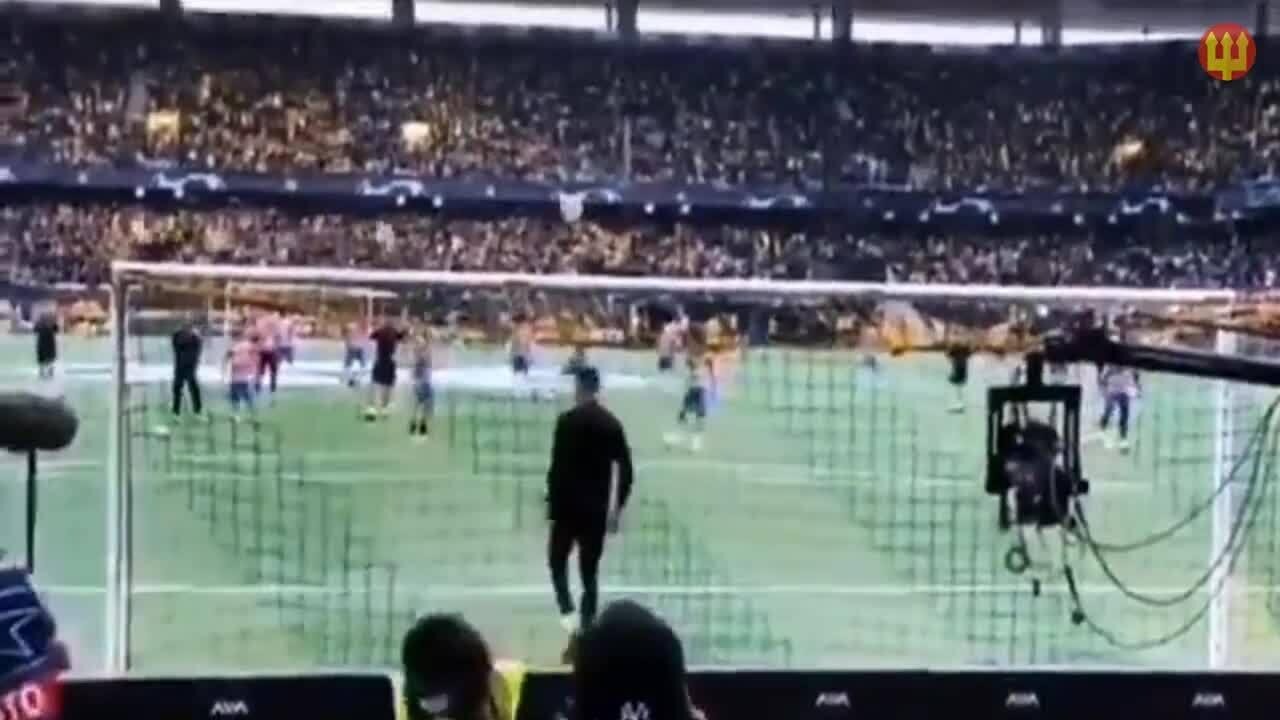 C. Ronaldo sút bóng vào đầu nữ nhân viên an ninh