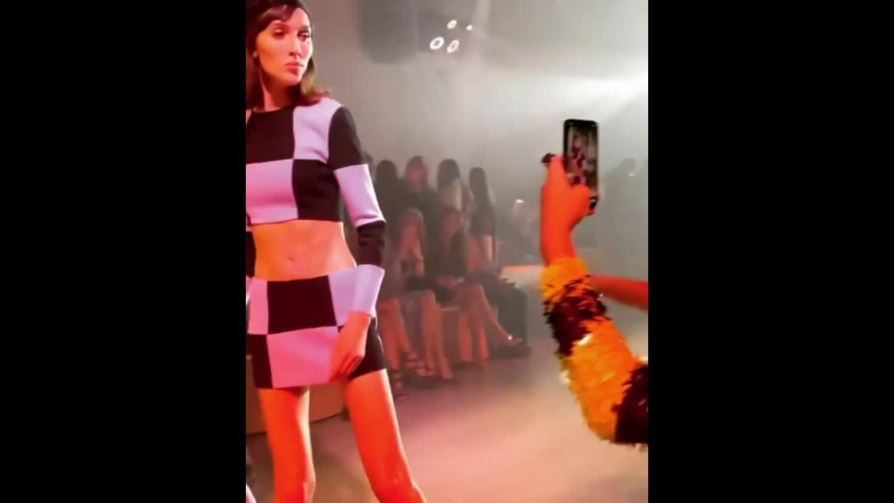 Người mẫu doạ đánh khách mời khi đang catwalk