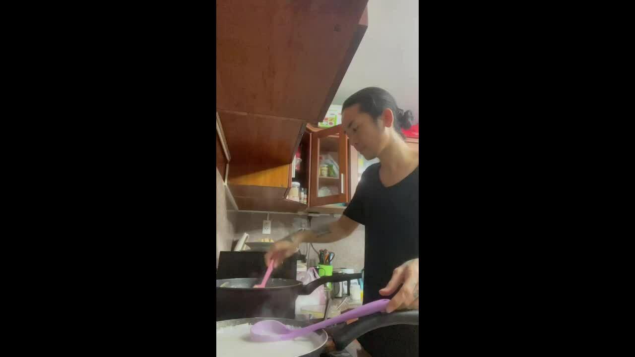 BB Trần mua một quả sầu riêng làm bốn món bánh