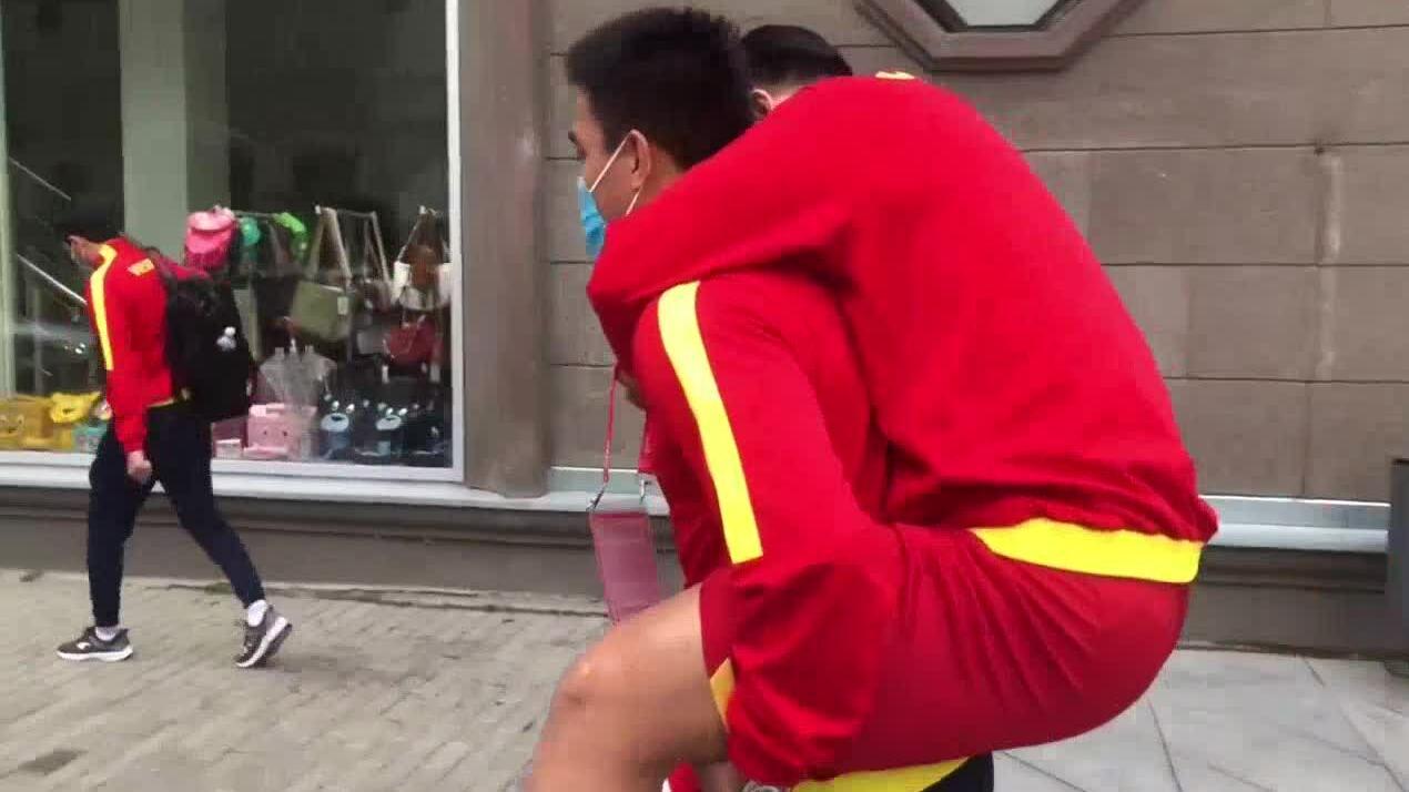 Cầu thủ futsal Việt Nam chấn thương được đồng đội cõng ra xe