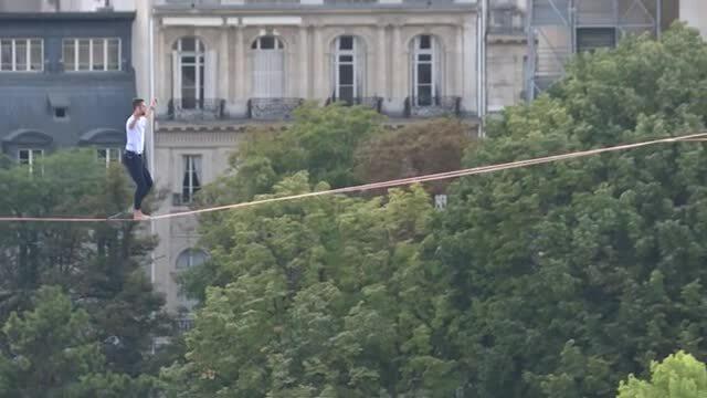 Nghệ sĩ mạo hiểm đi dây thừng ở độ cao 70 m qua sông Seine