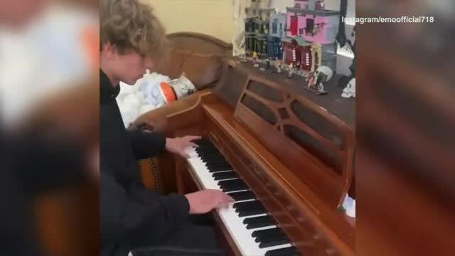 Con trai cả của Britney chơi piano