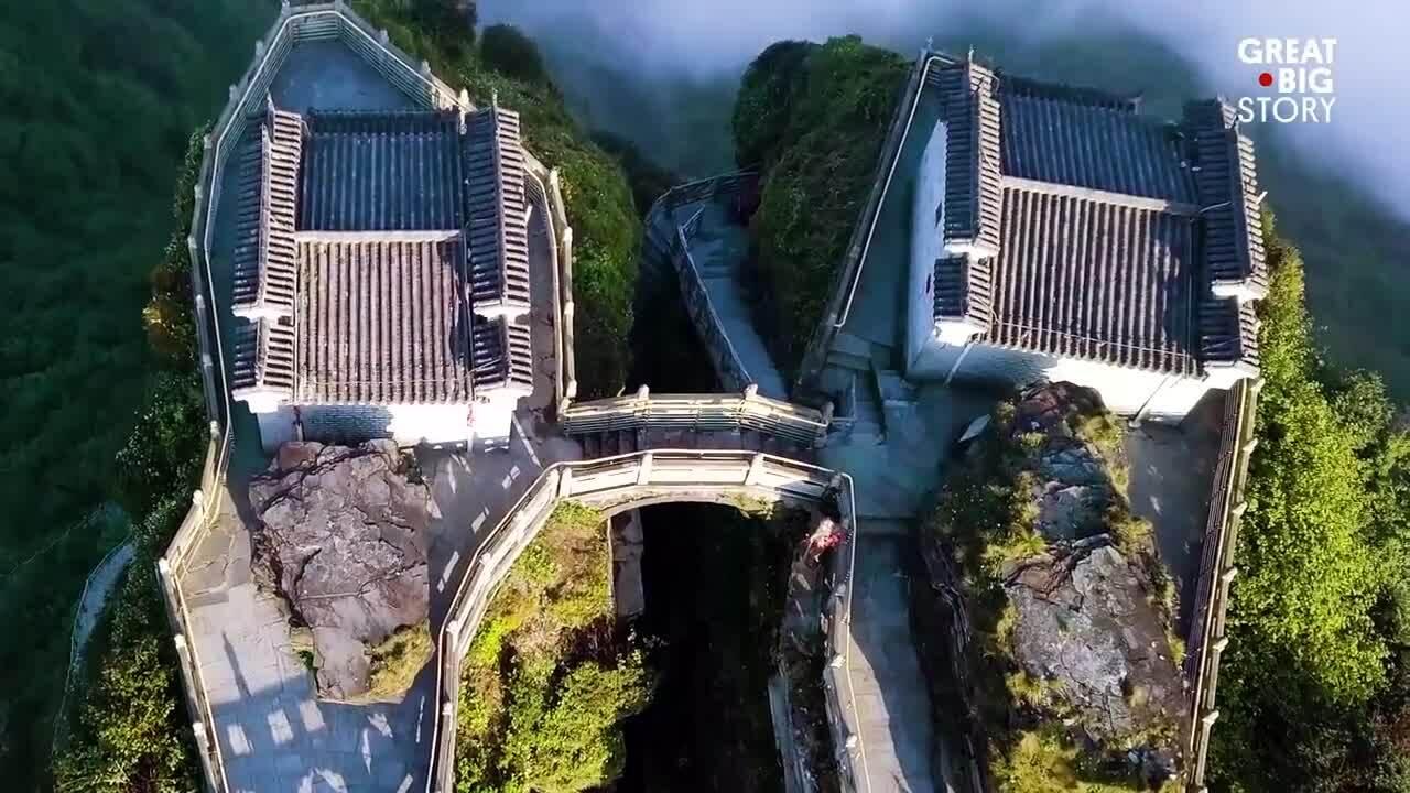 Du khách leo 8.000 bậc thang vãng cảnh chùa