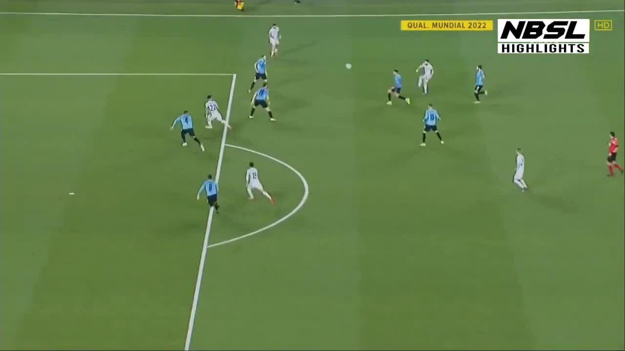 Messi bị 6 cầu thủ Uruguay vây vẫn chuyền được bóng
