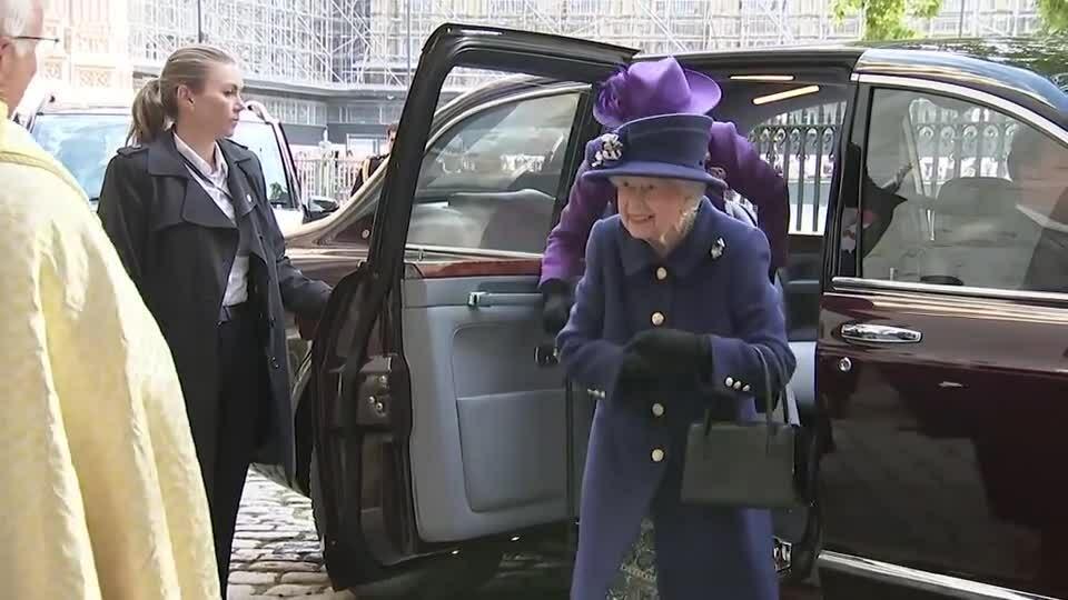 Nữ hoàng lần đầu chống gậy dự sự kiện Hoàng gia