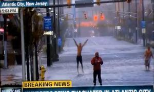 Cởi trần nhảy múa phía sau phóng viên trong cơn bão