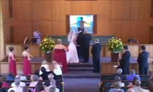 Cởi trần phá đám lễ cưới