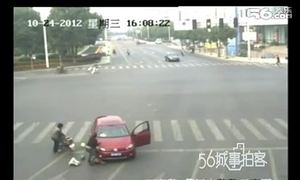 Em bé bị rơi khỏi xe máy