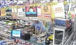 Nhân viên cửa hàng trộm tiền của khách