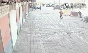 Người chồng thú tính đốt vợ trên phố