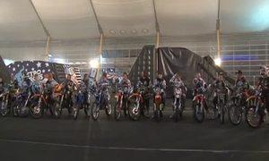 18 xe máy cùng lộn vòng lập kỷ lục Guinness