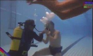 Cô gái khỏa thân trêu người lặn trong bể bơi