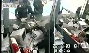 Cướp túi tiền của khách đang giao dịch trong ngân hàng
