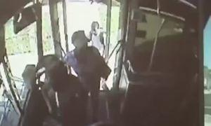 Thanh niên bị mắc kẹt ở cửa xe bus