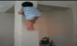 Cậu bé trèo cột siêu nhanh