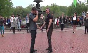Màn cầu hôn giữa quảng trường của cặp đôi đồng tính