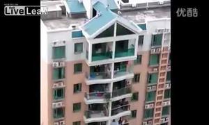 Trẻ con dùng mái nhà cao tầng làm... cầu trượt