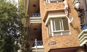 Vợ 'câu giờ' chồng để bồ trèo qua cửa sổ