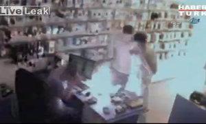 Điện thoại bất ngờ nổ trong cửa hàng