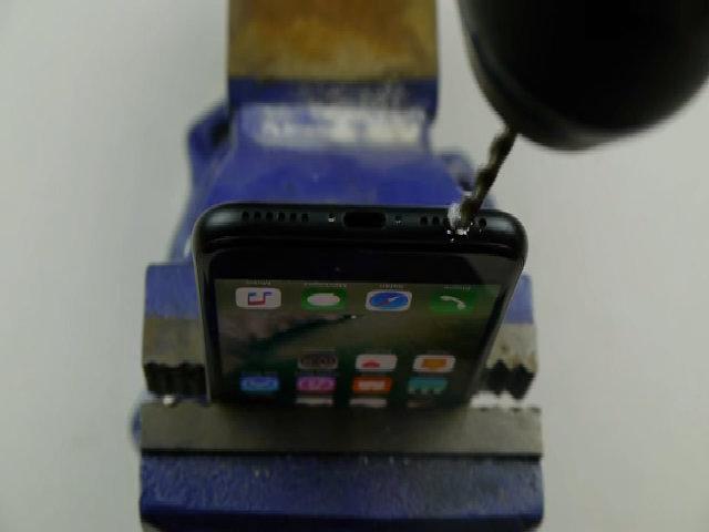 Trò đùa tạo cổng 3,5 mm trên iPhone 7