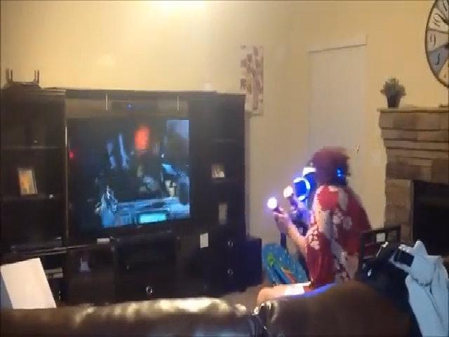 Bà ngoại la hét khi chơi game thực tế ảo