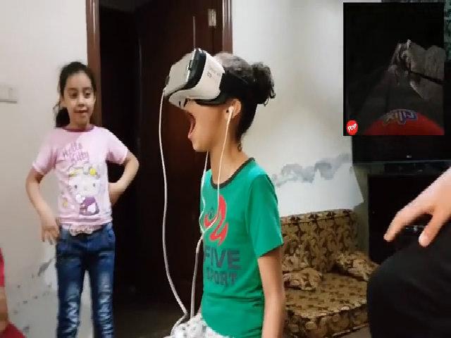 Đứa trẻ la hét suốt quá trình chơi game VR