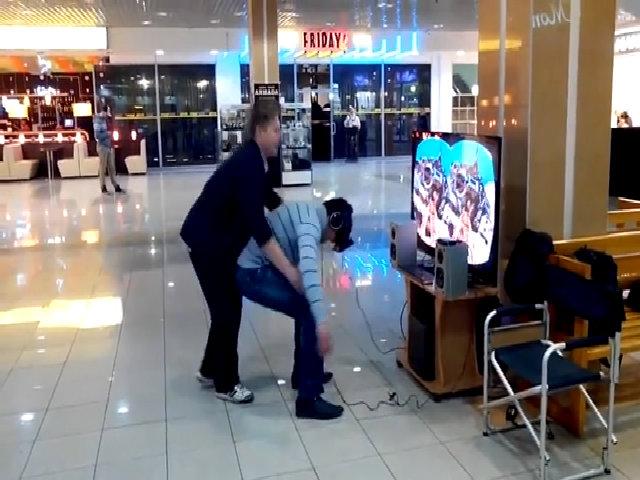 Nhân viên khiến khách hàng ngã dúi dụi khi quảng cáo kính VR