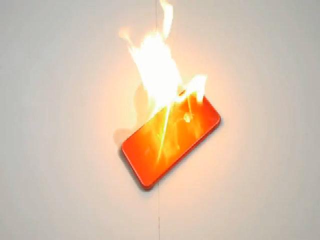 Tưới xăng đốt iPhone 7 màu đỏ