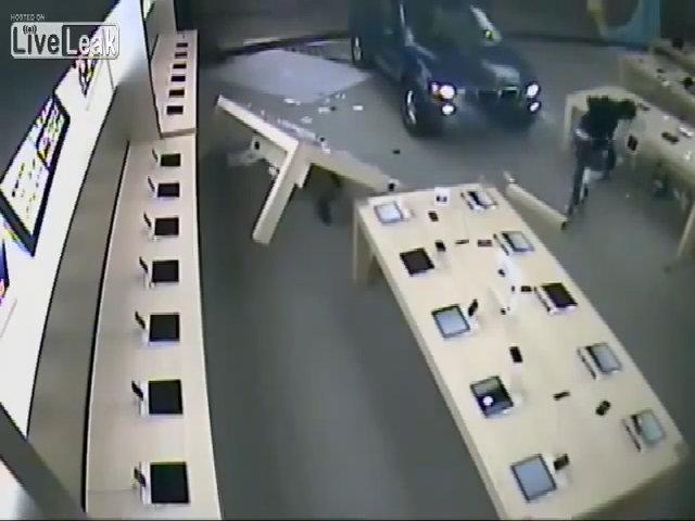Lao thẳng BMW X5 vào Apple Store để cướp iPhone