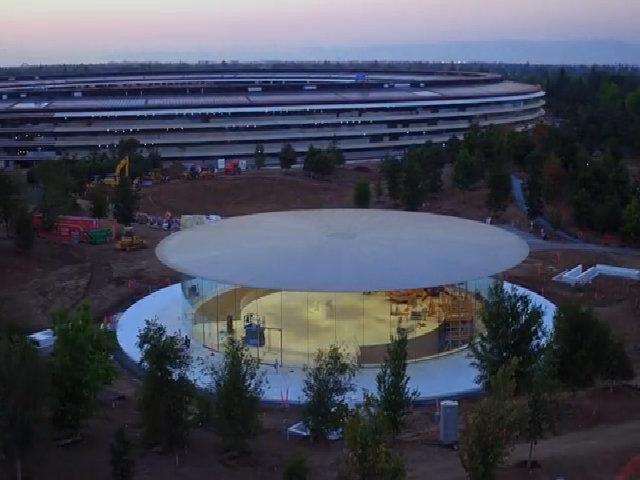 Trụ sở 'phi thuyền' của Apple rực rỡ khi hoàng hôn