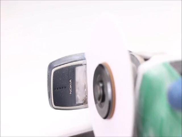 Nokia 3310 đời cũ 'tan nát' vì cưa giấy