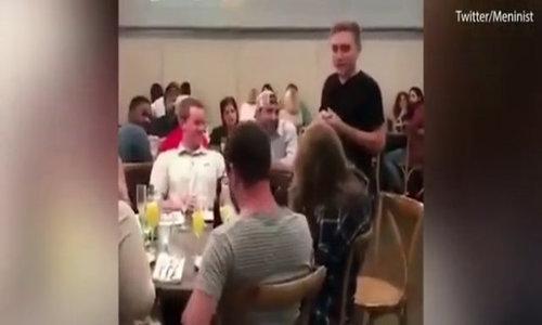 Cầu hôn giữa đám đông để dằn mặt bạn gái