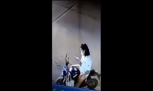 Cô gái bị tên cướp đánh khi mải nhìn điện thoại