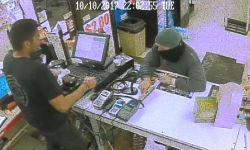Tên cướp bỏ cả súng để vơ tiền