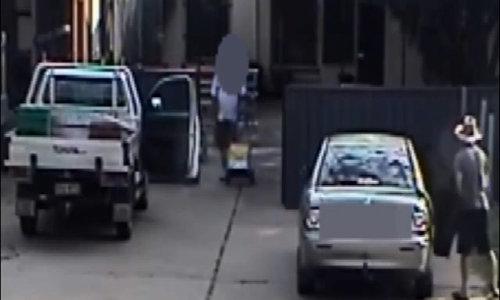 Kẻ lạ mặt định bắt cóc bé gái ngồi một mình trong xe