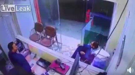 Hai người đàn ông may mắn thoát trên trong cuộc đọ súng