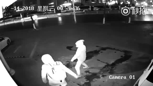 Video hai tên trộm ném gạch vào nhau gây chú ý Internet tuần qua