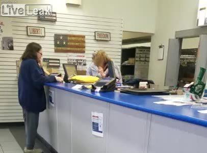 Nhân viên bưu điện ném bưu phẩm trước mặt khách hàng