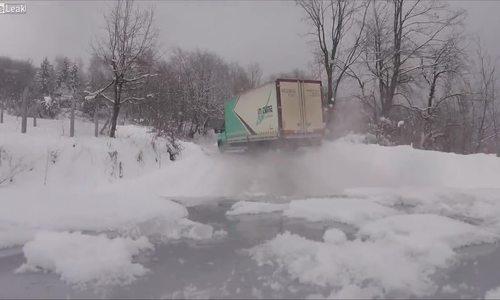Xe tải chạy như xe đua trong trời tuyết