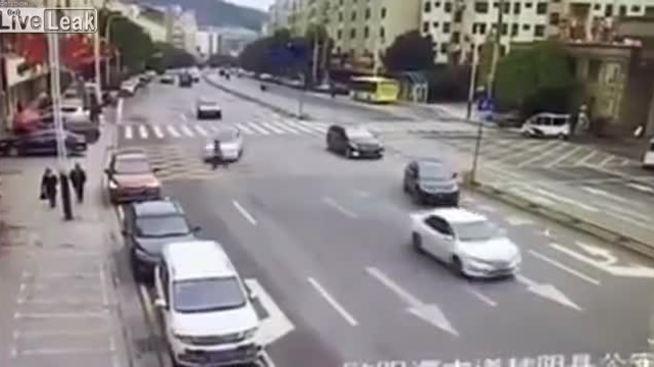 Gã đàn ông gặp hoạ khi định ăn vạ lái xe