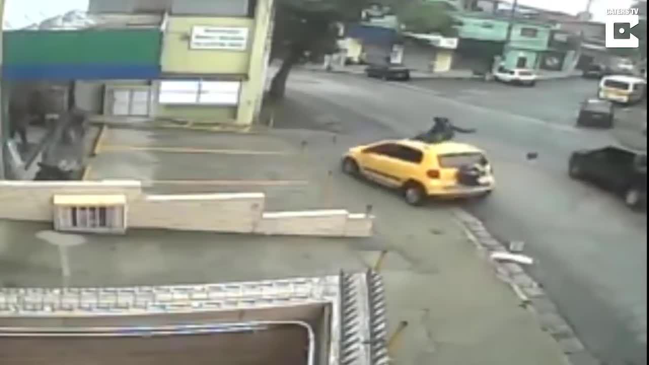 Nạn nhân tự gọi xe cứu thương khi hạ cánh trên nóc xe hơi